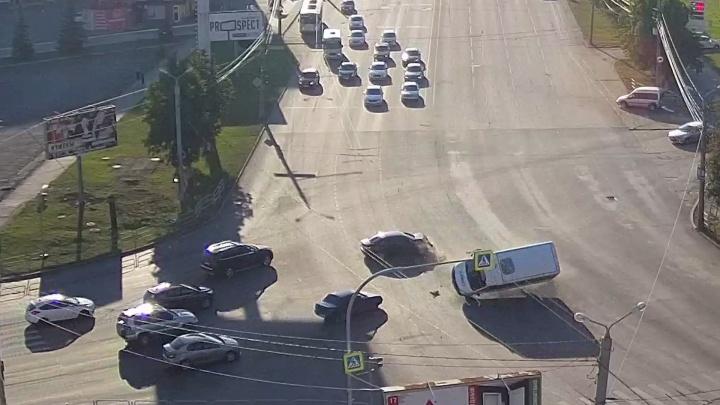 Вылетела на красный: в Челябинске в ДТП с перевернувшейся маршруткойпострадали семь человек