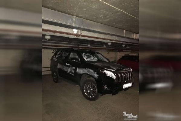 Иномарка, исписанная белой краской, была припаркована на подземной стоянке