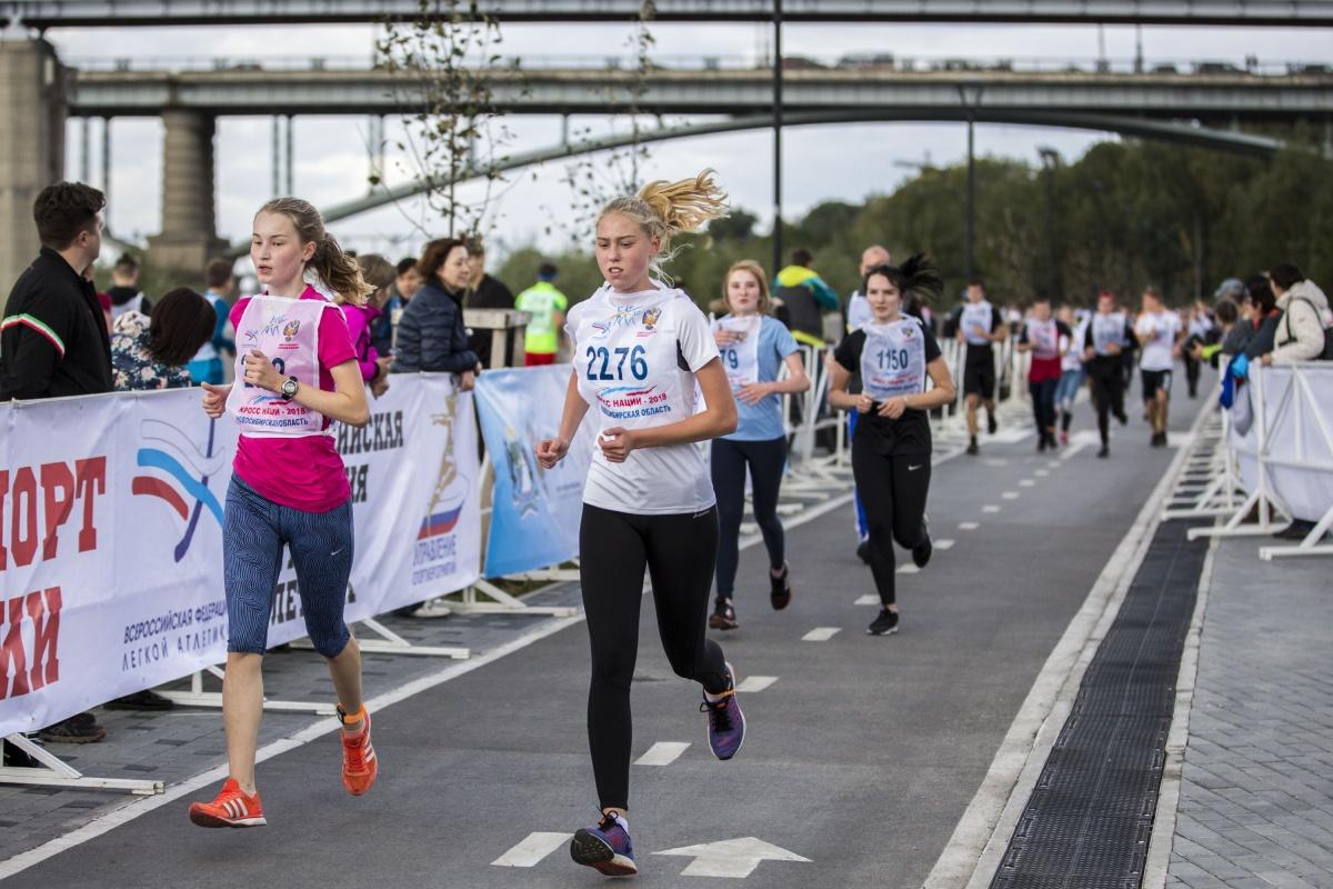 Участники «Кросса нации» соревнуются в беге на 4 разные дистанции: 1000, 2000, 4000 и 8000 метров