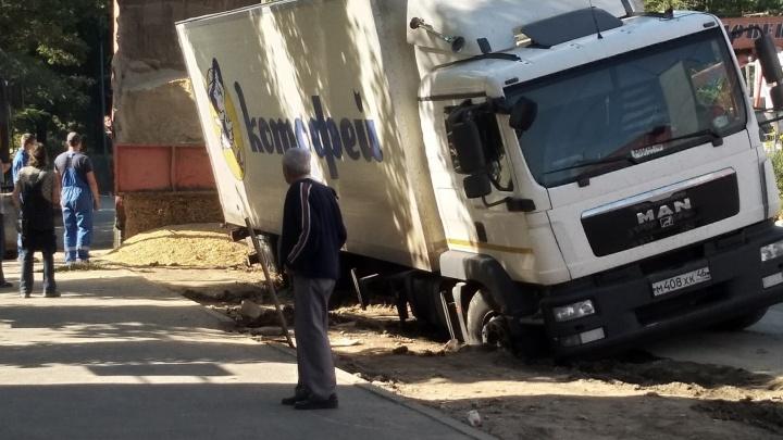 «Стоял с трех утра и копал под колесами»: в Волгограде фура с товаром засела в траншее
