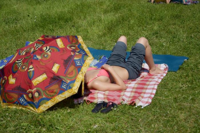 Врачи напоминают, что в жаркую погоду нужно укрываться от прямых солнечных лучей и больше пить воды, а алкоголь лучше исключить