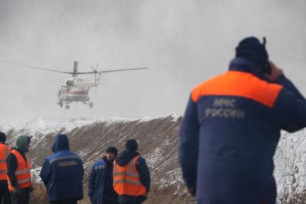 Из-за прорыва дамб на месторождении погибли 17 человек, еще трое пропали без вести