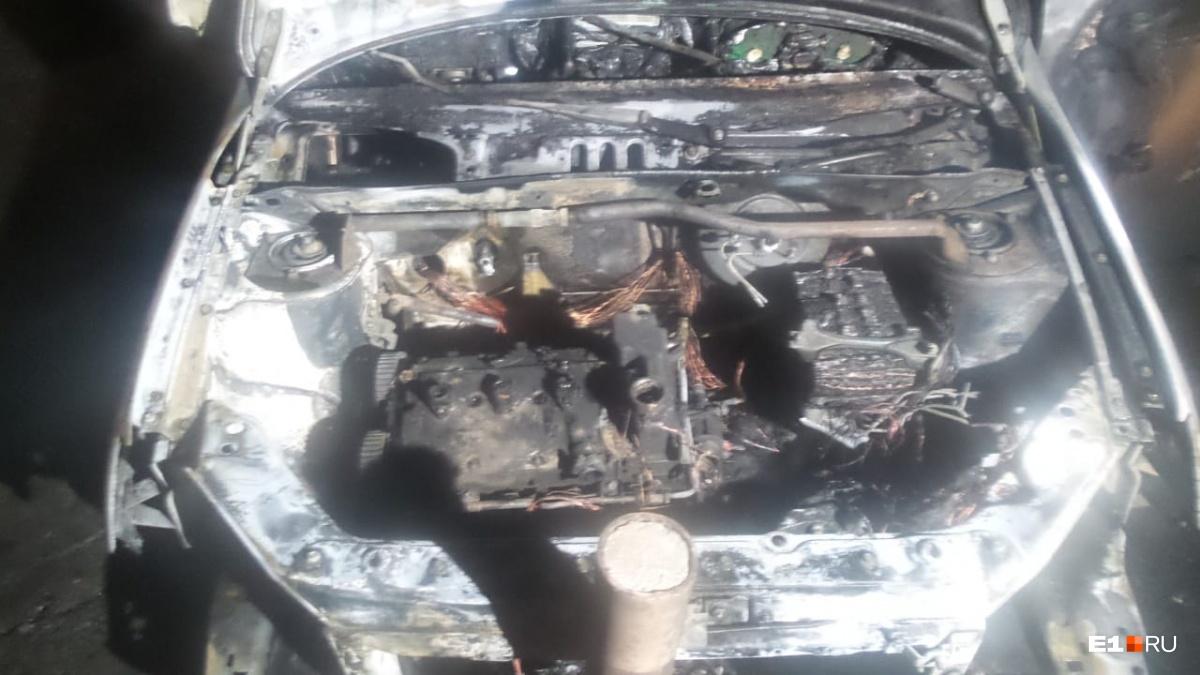 У Lada выгорел моторный отсек и салон