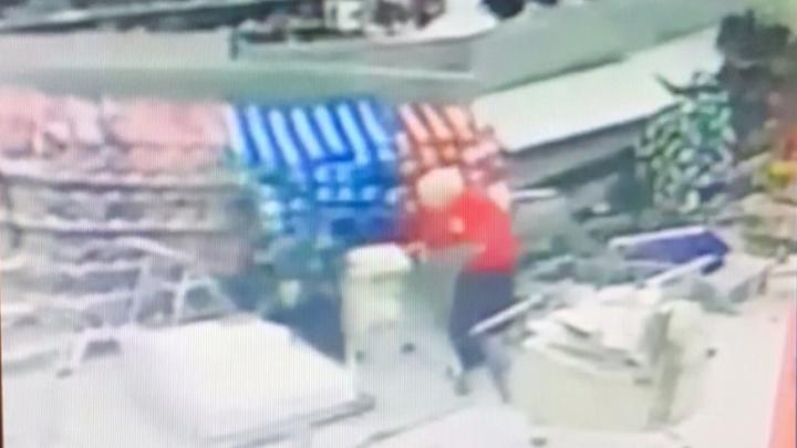 Появилось видео обрушения в «Гиганте» стеллажей с бутылками вина