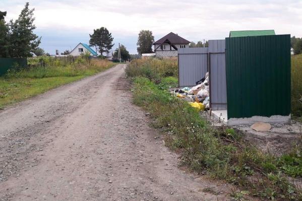 На улицах станции Мочище построили новые мусорные площадки, но не поставили баки, а отходы никто не вывозит