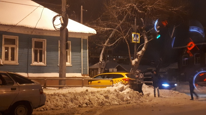 Уходил от столкновения: такси вылетело на тротуар на Самарской — Чкалова
