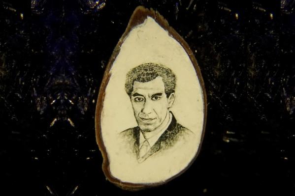 Портрет ректора НГТУ, написанный акварелью на срезе яблочной косточки