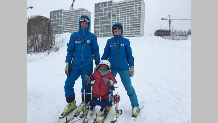 «Арина у нас — адреналинщица»: новосибирцы научили кататься на лыжах девочку с ДЦП