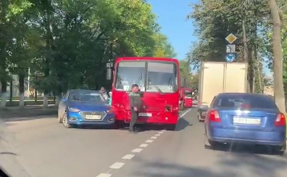 В утренний час пик в Ярославле маршрутка с пассажирами угодила в ДТП. Есть пострадавшие