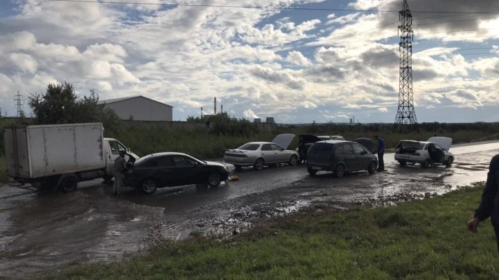 «Куча утопленников и гонки по тротуару»: дождь превратил в озеро оживлённую дорогу в Чурилово