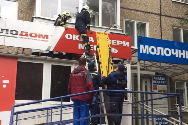 Женщина упала на козырек магазина, расположенного ниже