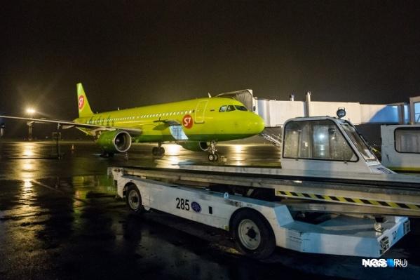 Экипаж активировал систему пожаротушения, самолет вернулся на место стоянки