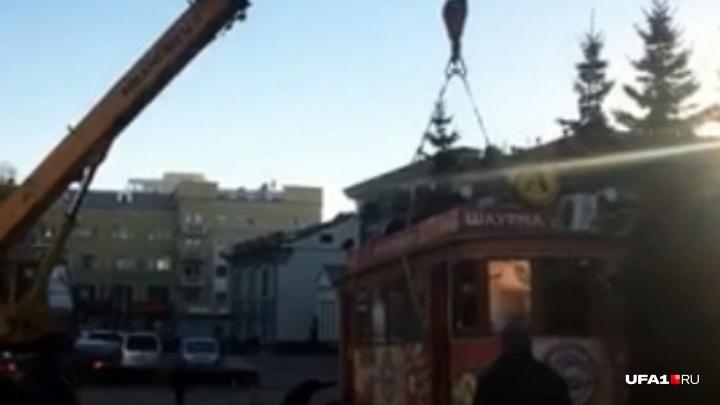 На Гостином дворе в Уфе снесли красный вагончик с шаурмой