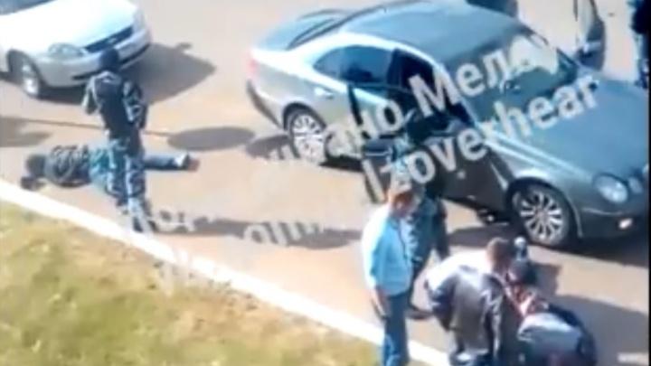 Лицами в асфальт: в Башкирии силовики с автоматами провели задержание под объективом камеры