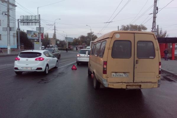 Столкнувшиеся машины перегородили две полосы из четырех имеющихся