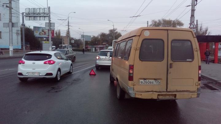 «Срывал опознавательные знаки»: на севере Волгограда авария с маршруткой остановила троллейбусы