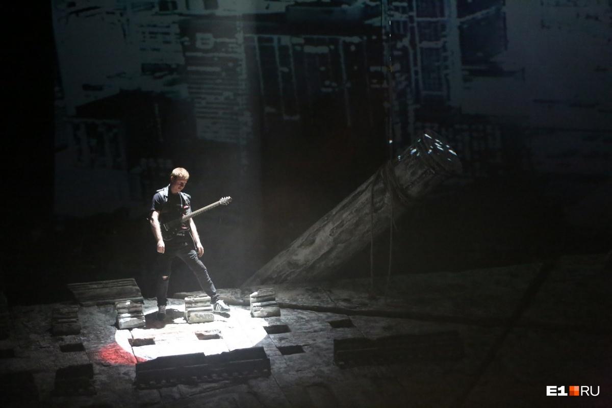 В постановке пермского театра был задействован не только оркестр, но и целая рок-группа. Все время они были на сцене
