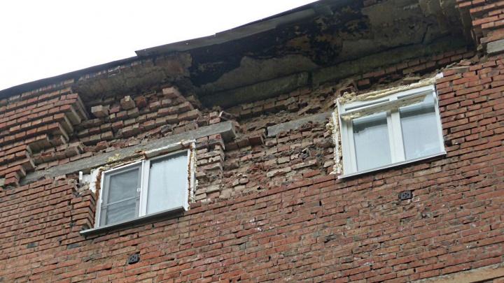 «Слышала звук падающих кирпичей»: омская хрущёвка рассыпается на глазах