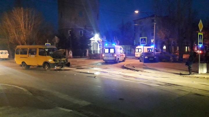 В Волжском на проблемном перекрестке столкнулись легковушка и маршрутка: пострадал ребенок