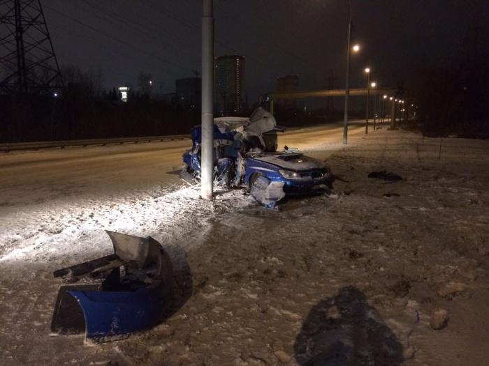 Девушка и водитель автомобиля погибли на месте