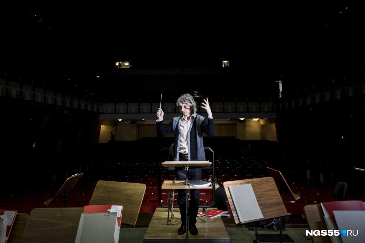 Дирижёра Омского академического симфонического оркестра Дмитрия Васильева знают как во всей России, так и за рубежом