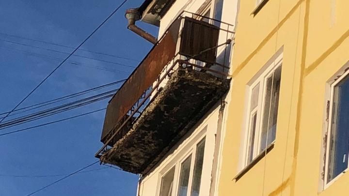 Жителей многоэтажки в Кургане через суд заставили обеспечить доступ к аварийным балконам