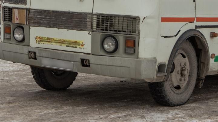 Водитель высадил из автобуса школьника и студента, которые не смогли заплатить за проезд картами