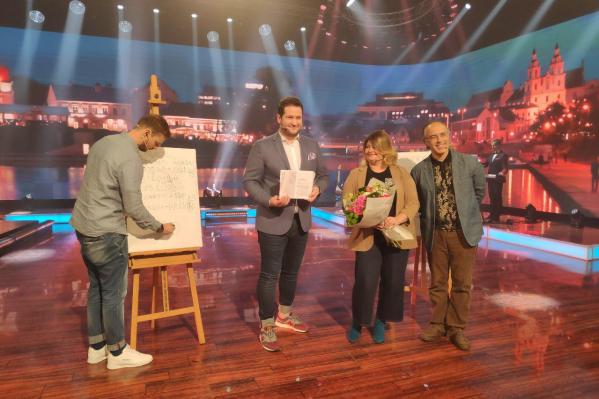 Гости передачи написали несколько слов на белорусском языке