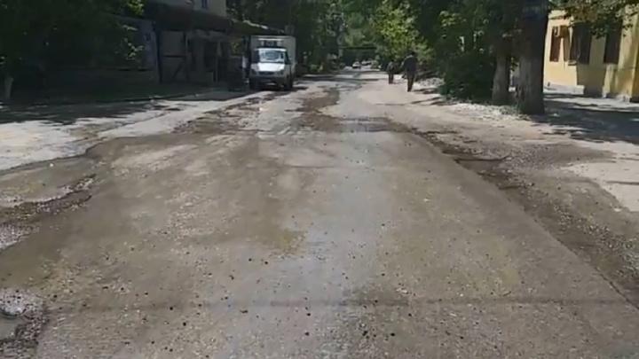 «Приезжают, только когда поднимаем бучу»: в Волгограде улица превратилась в полноводную реку