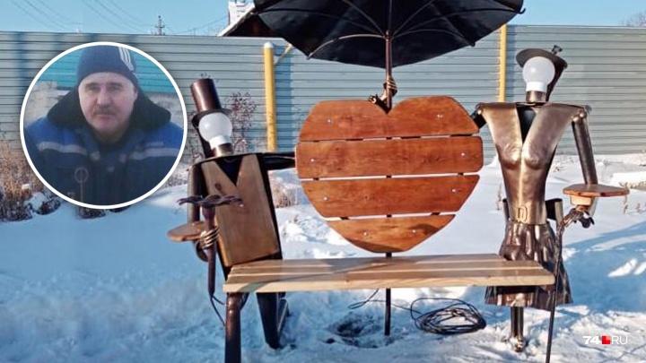 Южноуральский мастер, ставший популярным благодаря мангалам-подлодкам, сделал скамейку влюблённых