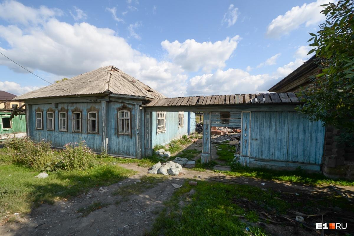 Вид у домов устрашающий, двери и окна вынесены