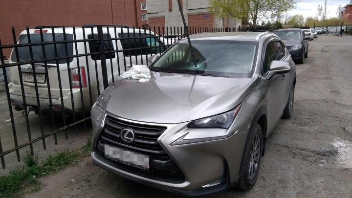 В Lexus омича воткнули лом — НГС снял видео, как его вытаскивали полицейские