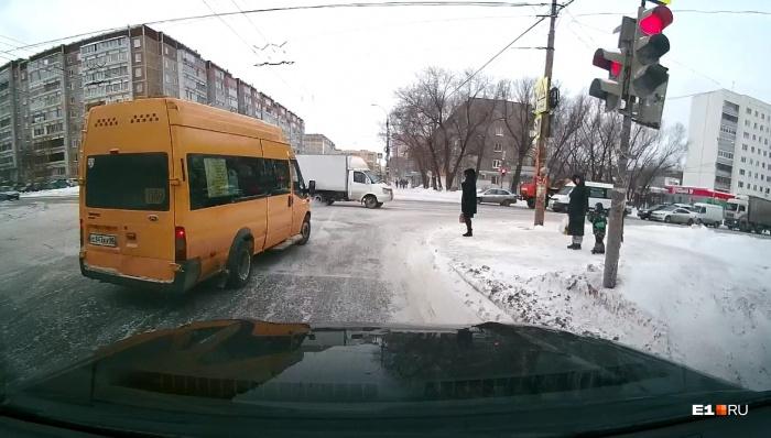 Водитель этой маршрутки проехал на красный и получил штраф 1000 рублей