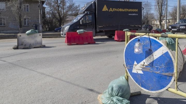 Езжайте в объезд: из-за ремонта трамвайного полотна улицу Ангарскую в Волгограде сковала пробка