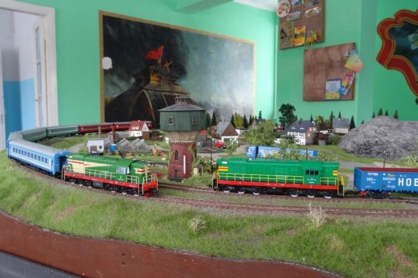 Макет железной дороги действующий. Поезда здесь ездят, гудят и светят прожекторами