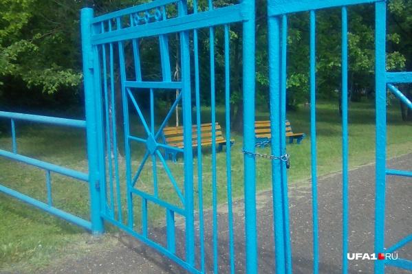 Сейчас ворота лагеря на замке