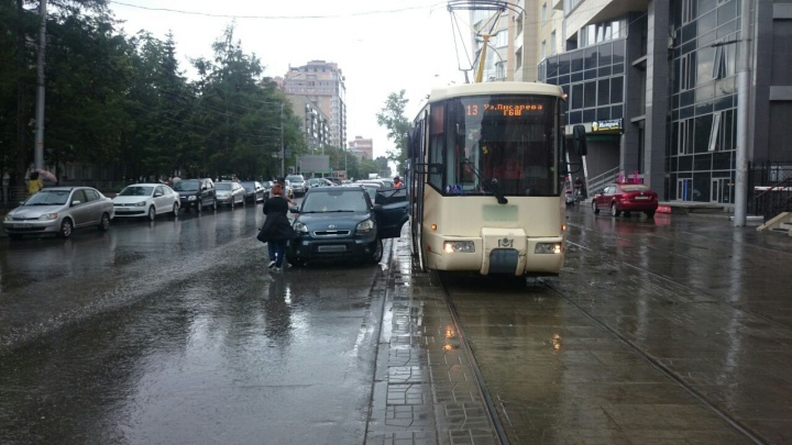 Трамвай № 13 вывернул дверь припаркованному у путей автомобилю