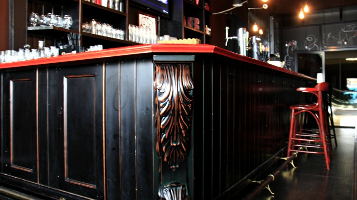 На «Октябрьской» открылся очень чёрный бар с настойками на пиве и загадочными блюдами