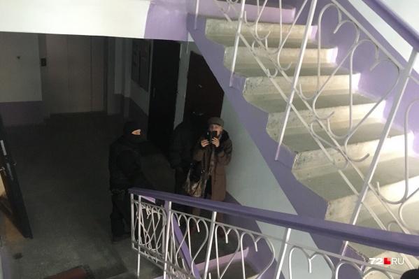 Мама Ивана Вострикова стоит в окружении силовиков около квартиры, где живет ее сын. Он является координатором штаба Алексея Навального в Тюмени