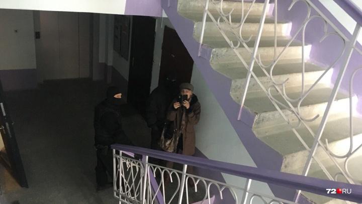 «Не знаю, что с сыном»: силовики не впускают маму тюменского главы штаба Навального в квартиру