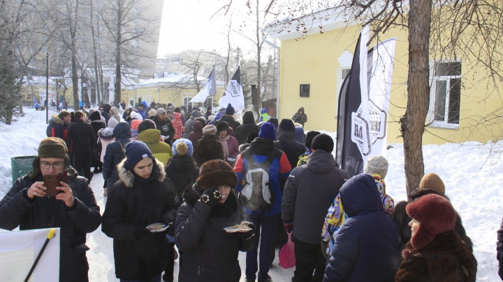 Новосибирцы выстроились в очередь за бесплатной кашей в Центральном парке