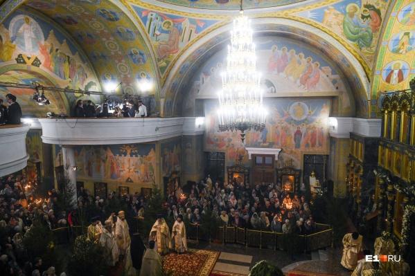 Тысячи верующих пришли в храмы Екатеринбурга