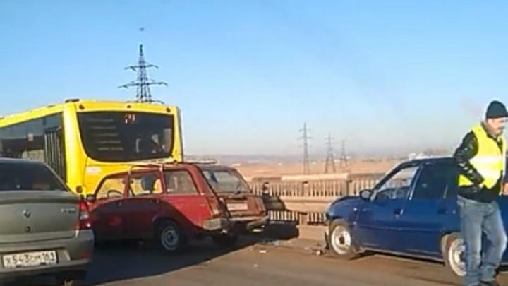 Небольшая пробка: на юге Волгограда столкнулись автобус № 77 и две легковушки
