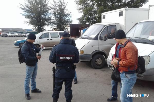 Во время рейда полицейские проверяют всех — продавцов, грузчиков, работников местного кафе, даже водителей-мигрантов на парковке
