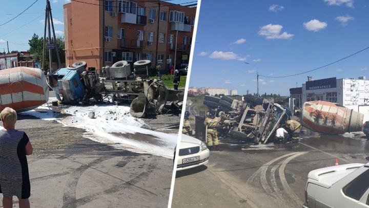Водителя зажало в кабине: в Ростове перевернулась бетономешалка