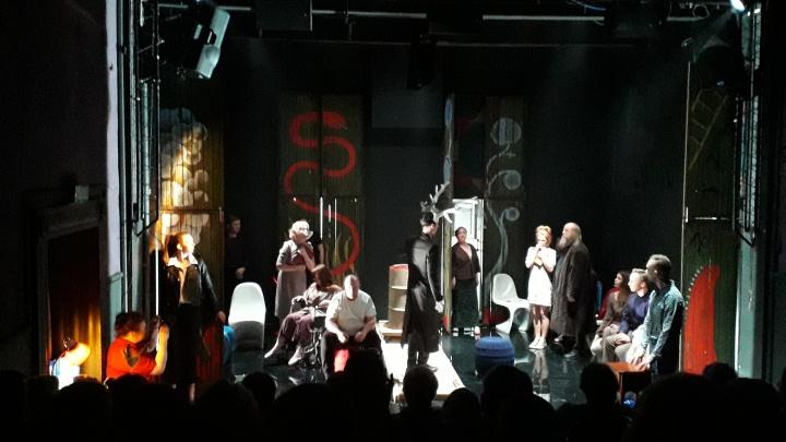 Хроники русской жизни: в Театре Панова создали спектакль о вечной дуэли власти и маленького человека