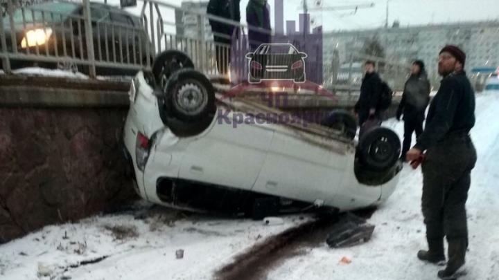 Девушка на Nissan слетела с Копыловского моста и перевернулась