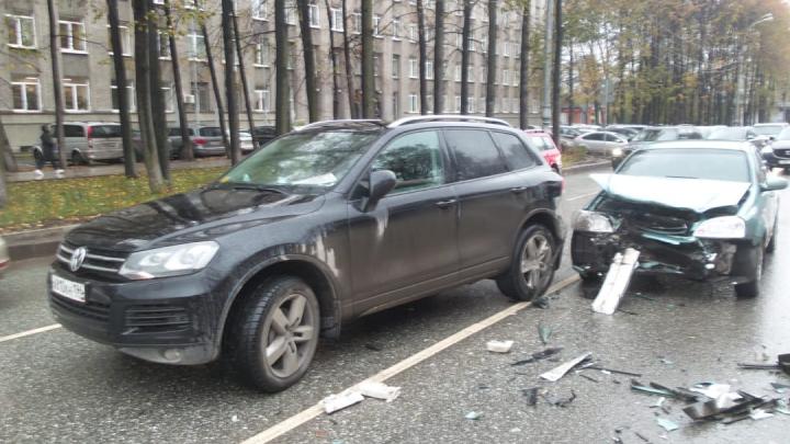 В центре Екатеринбурга столкнулись пять машин, три человека пострадали