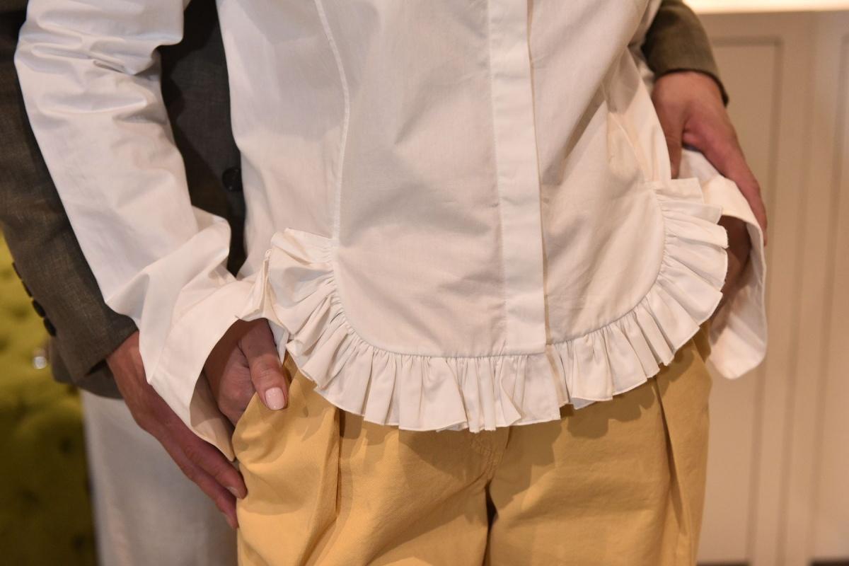 Удлиненная манжета сейчас в тренде, а сама рубашка всегда будет актуальной. В аутлете можно сформировать базовый гардероб из достойных вещей