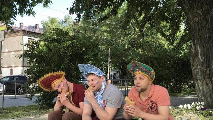 Жующие в кокошниках: тюменцы повторяют кадр известных футбольных фанатов с шаурмой